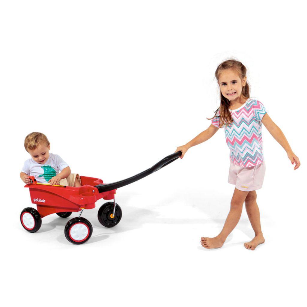 menina puxando uma criança no carrinho de puxar infantil policar wagon