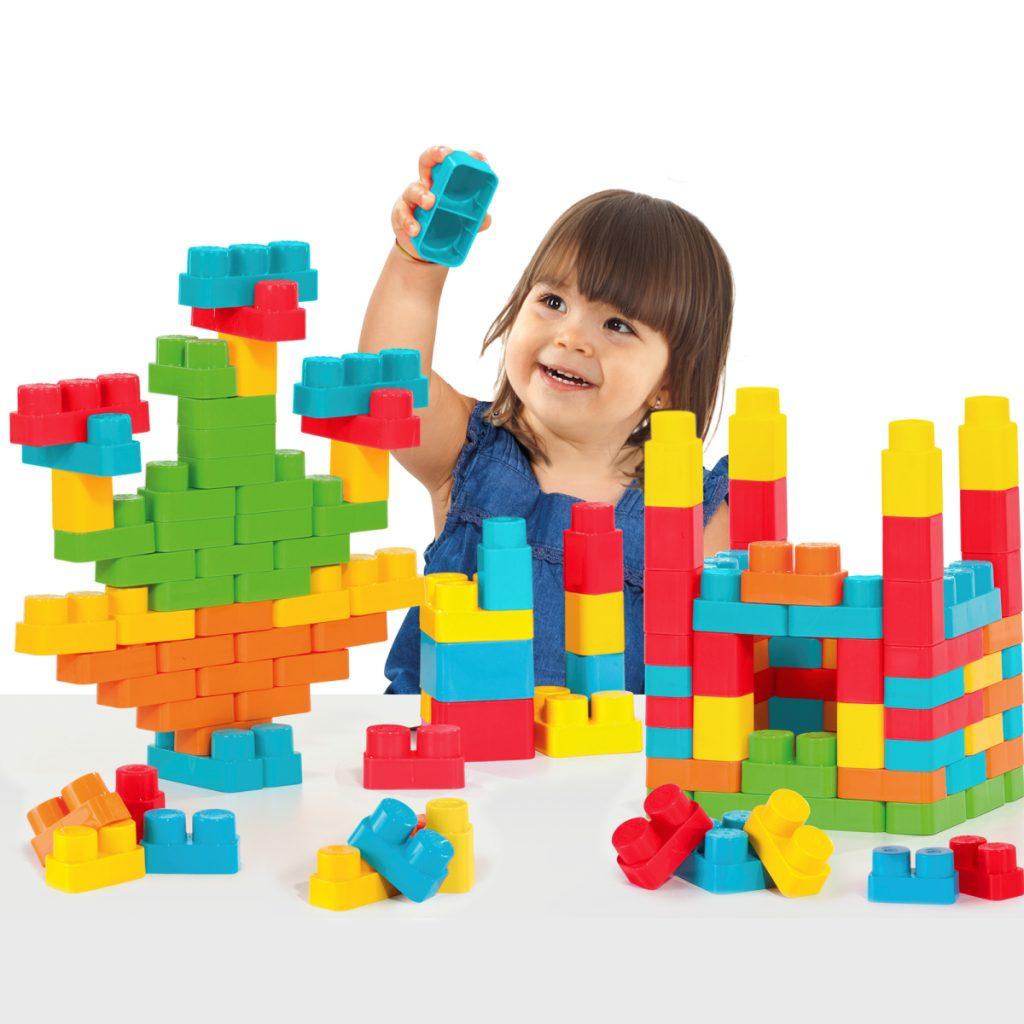Criança brincando com BLOCKS BOX MENINA