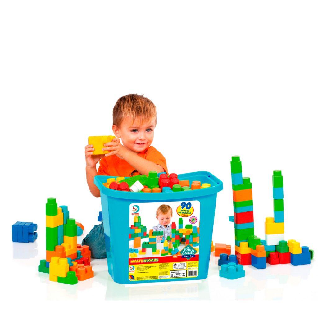 Criança brincando com BLOCKS BOX MENINO