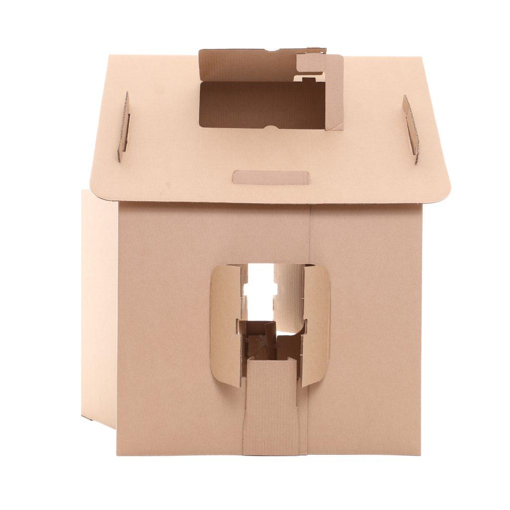 Lateral da casa de papelão