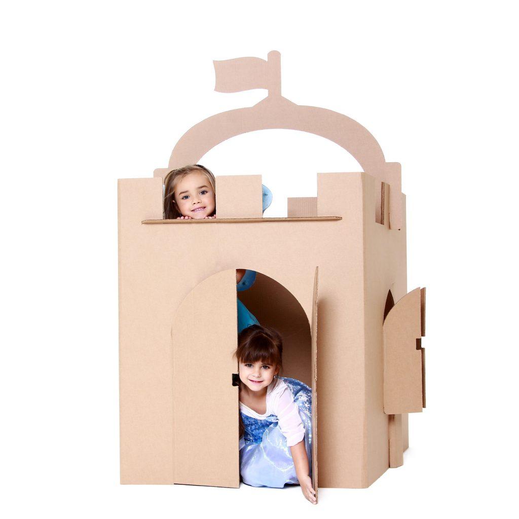 Meninas vestidas de princesas no castelo de papelão