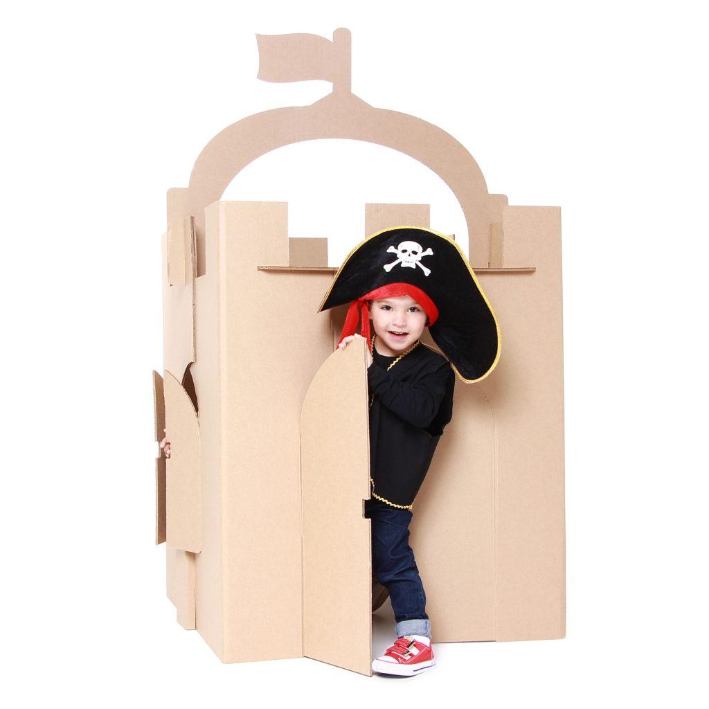Menino vestido de pirata no castelo de papelão