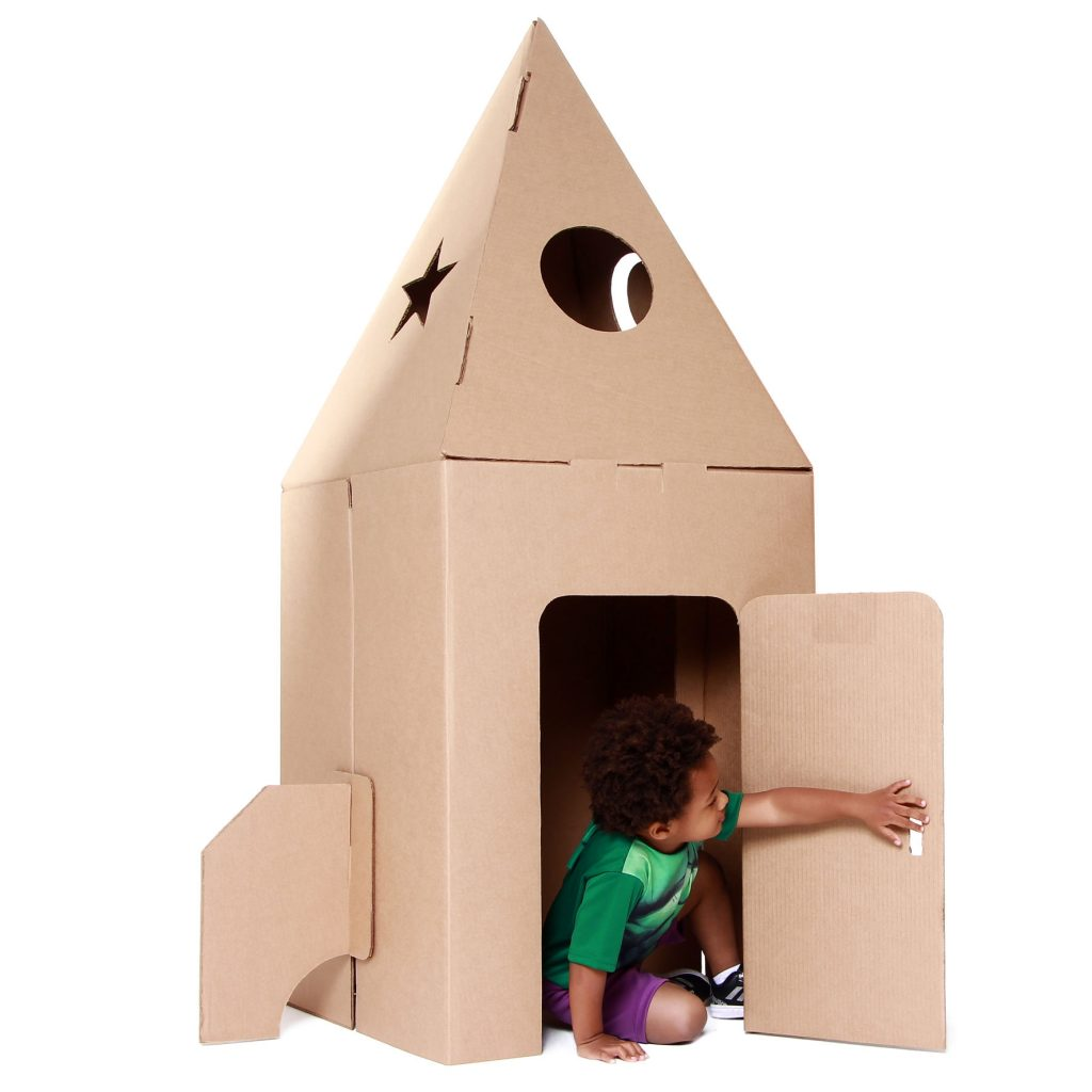 Criança brincando no foguete