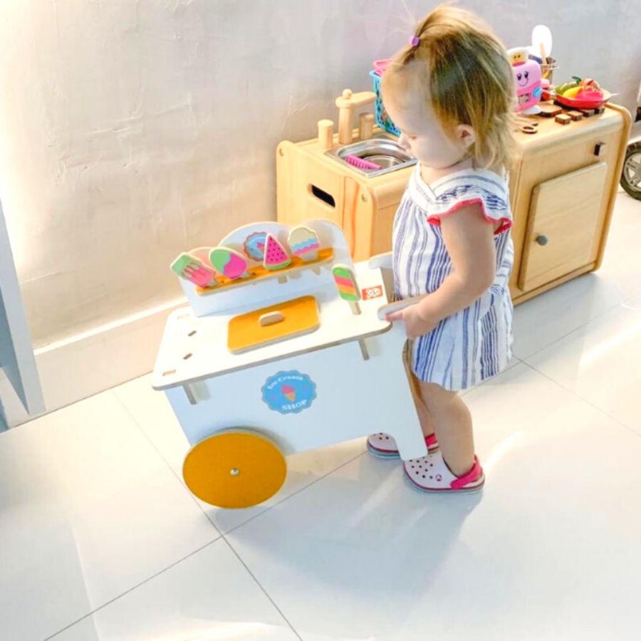 Menina empurrando o carrinho de sorvete ice cream