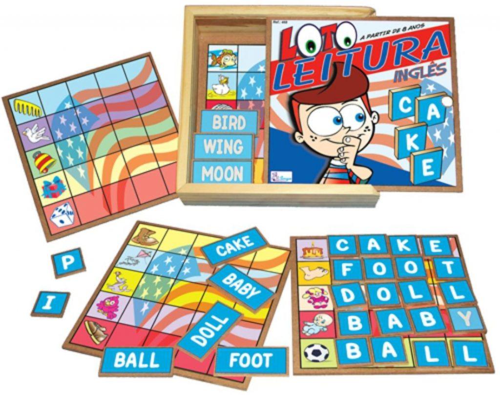 Caixa de madeira aberta e peças do Brinquedo educativo loto leitura inglês