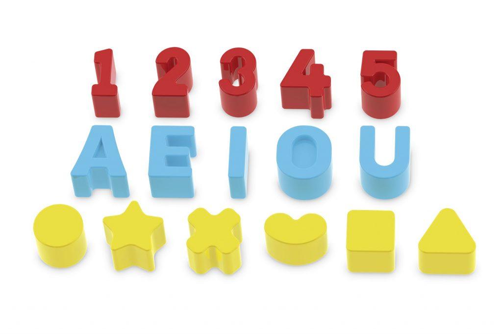 Peças em plástico de formas, letras e números do Super cubo didático em madeira