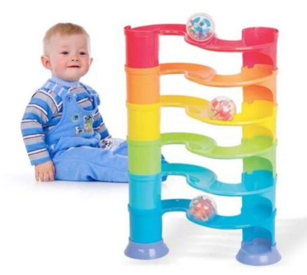 Bebê com escorregador de bolinhas
