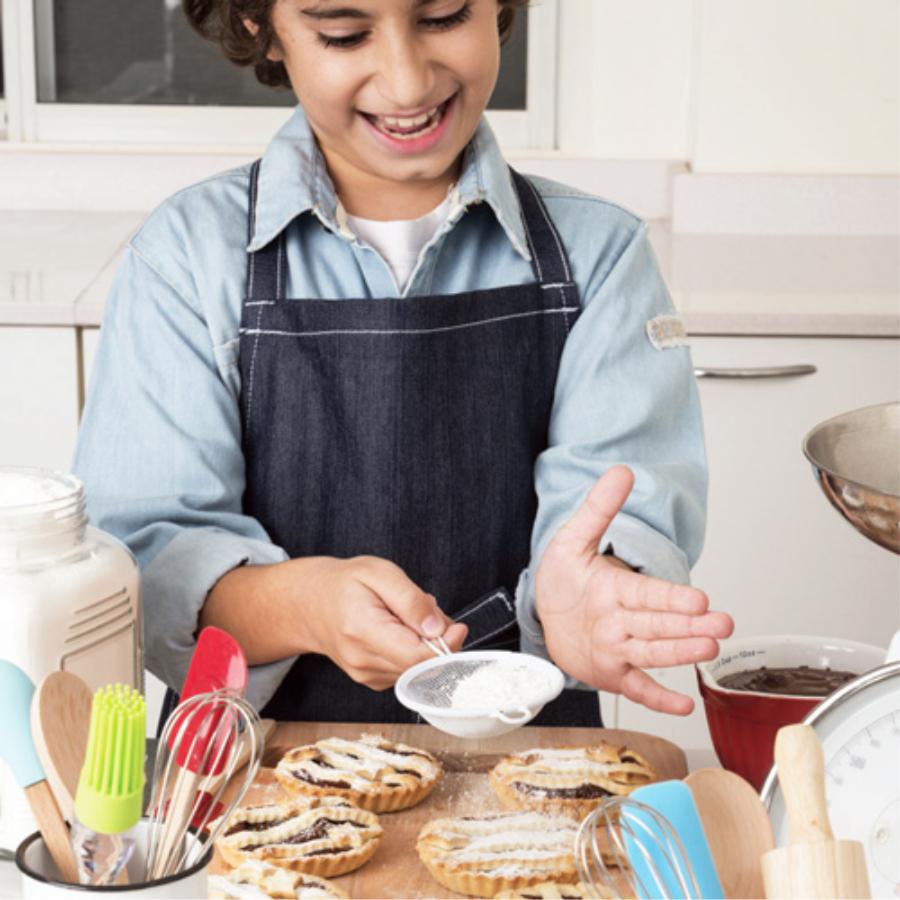 menino fazendo tortinhas
