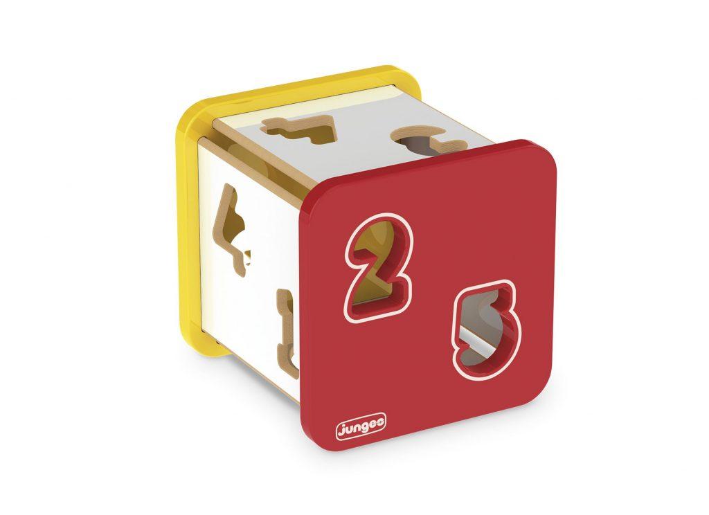 Cubo didático em madeira com números plásticos