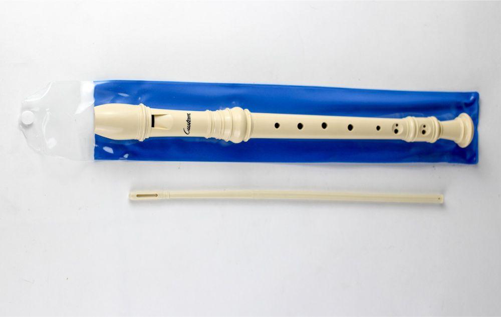 Flauta doce em sua embalagem azul e sua haste para limpeza