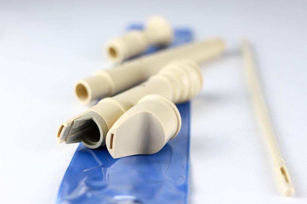Peças da flauta doce desmontadas em cima de sua embalem azul