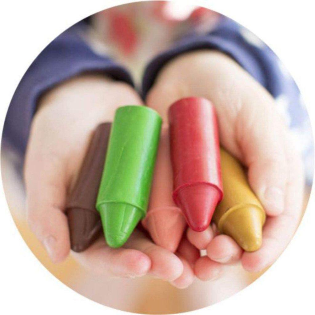 giz nas mãos da criança