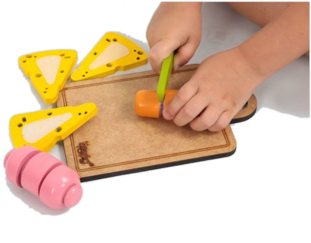 mãos cortando frios do kit