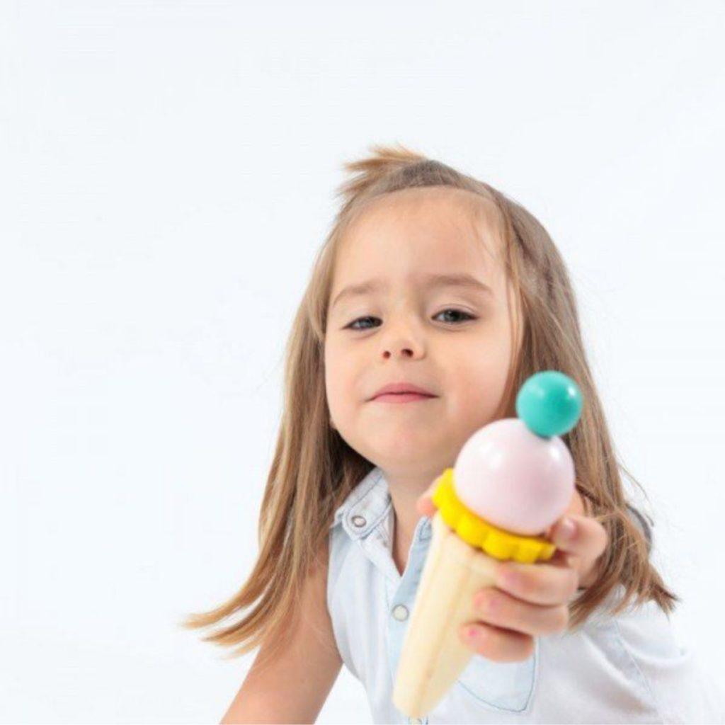 menina segurando sorvete