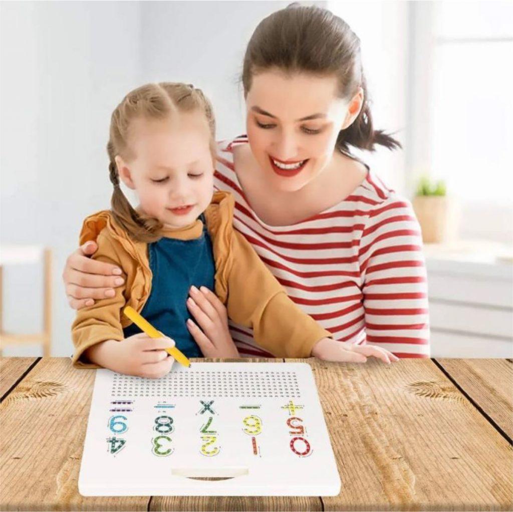 Mãe e criança brincando com a Lousa magnética letras e números