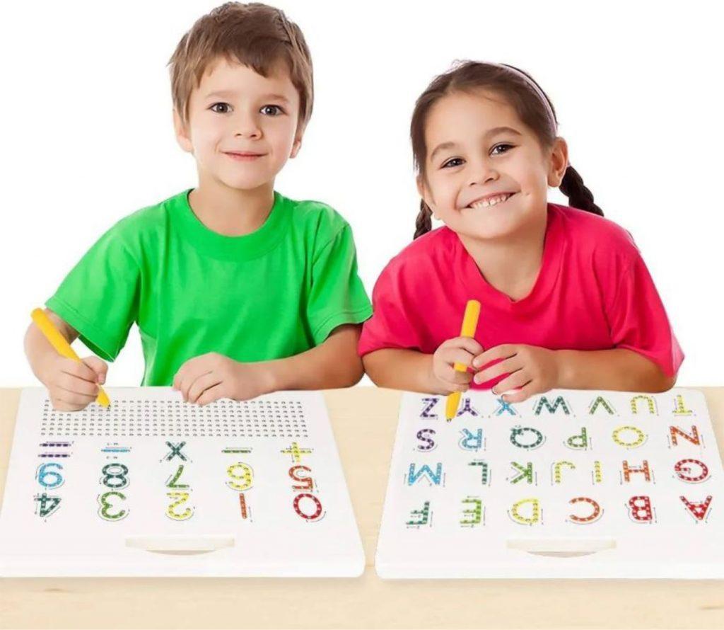 Crianças brincando com a Lousa magnética letras e números