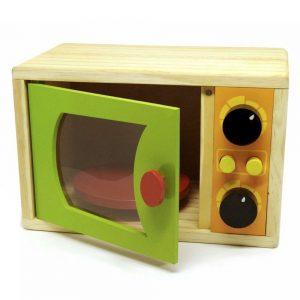 microondas infantil em madeira com porta semi-aberta