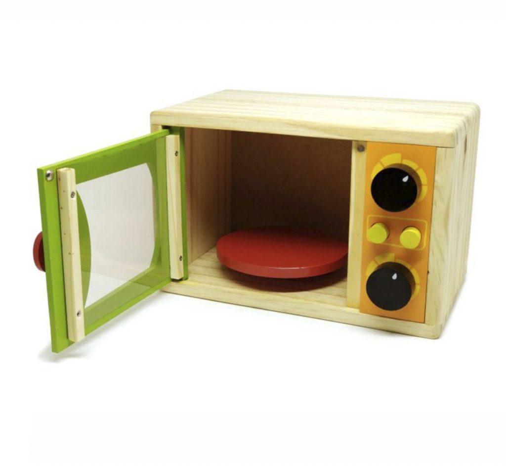 microondas infantil em madeira com porta aberta
