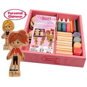 personal glamour rosa e duas bonecas de madeira pintadas