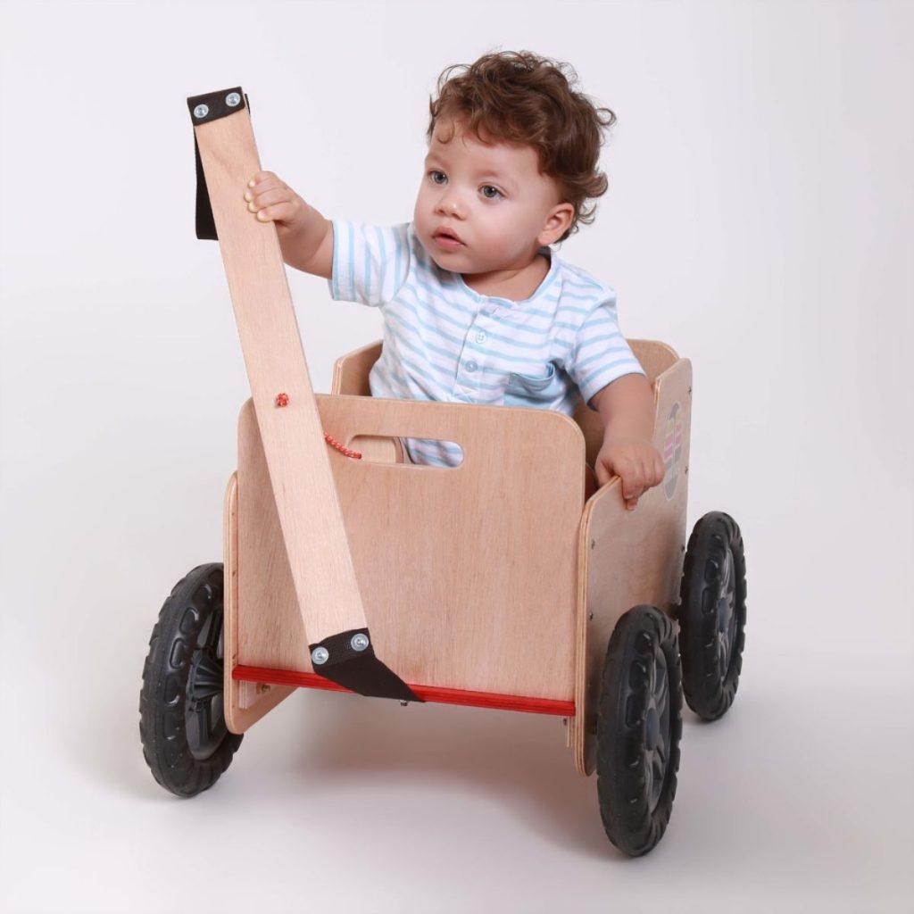 Bebê dentro do carrinho
